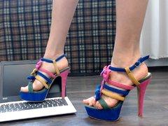 Zerstörung des Laptops mit High Heels