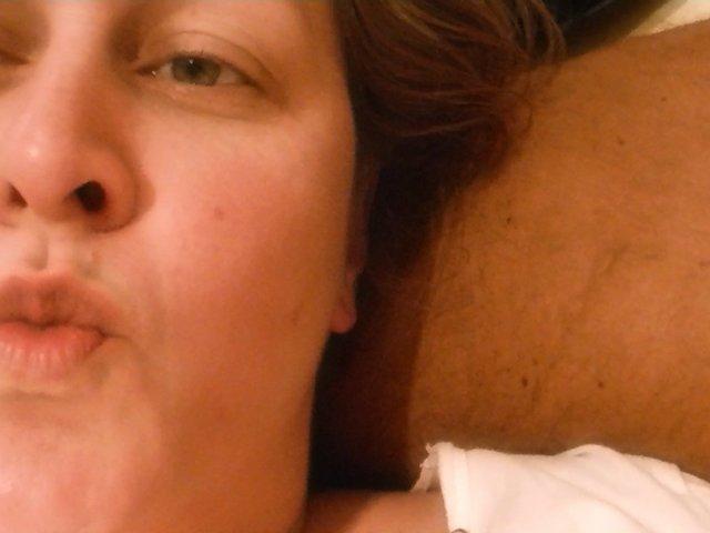 Kleiner Blowjob auf dem Bett