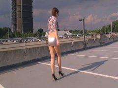 Heels, Mini und Upskirt auf dem Parkdeck