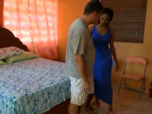 Geiler Typ besucht und fickt Schokobebe in der Karibik