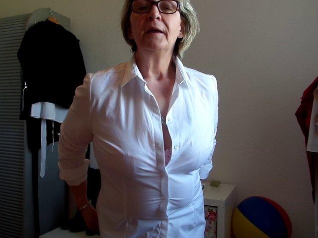 Bea präsentiert ihre Brüste ihrem größten Fan....