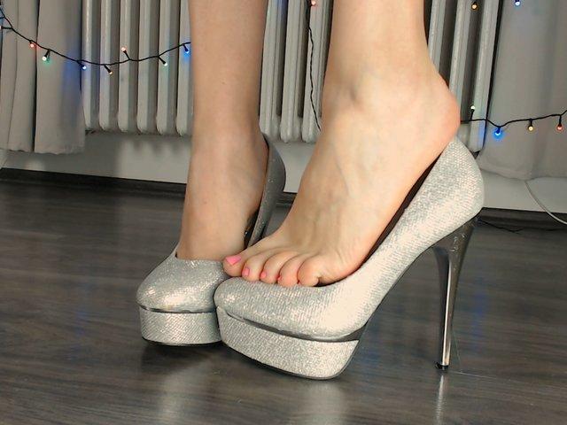 Spiele in silbernen High Heels