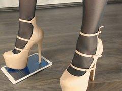 High Heels und ein Tablett
