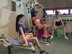 Lesbo dreier mit nassen Fitness Babes