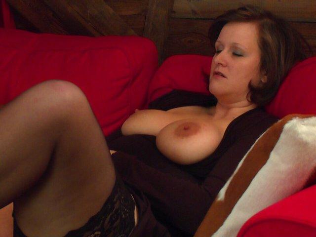 Geiler Orgasmus! Auf der Couch besorg ich es mir.