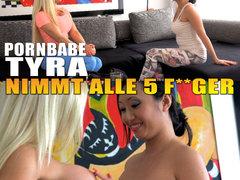 Pornbabe Tyra nimmt alle 5 Finger