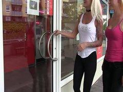 Mega krasser public Piss - beim pissen in der Bank erwischt